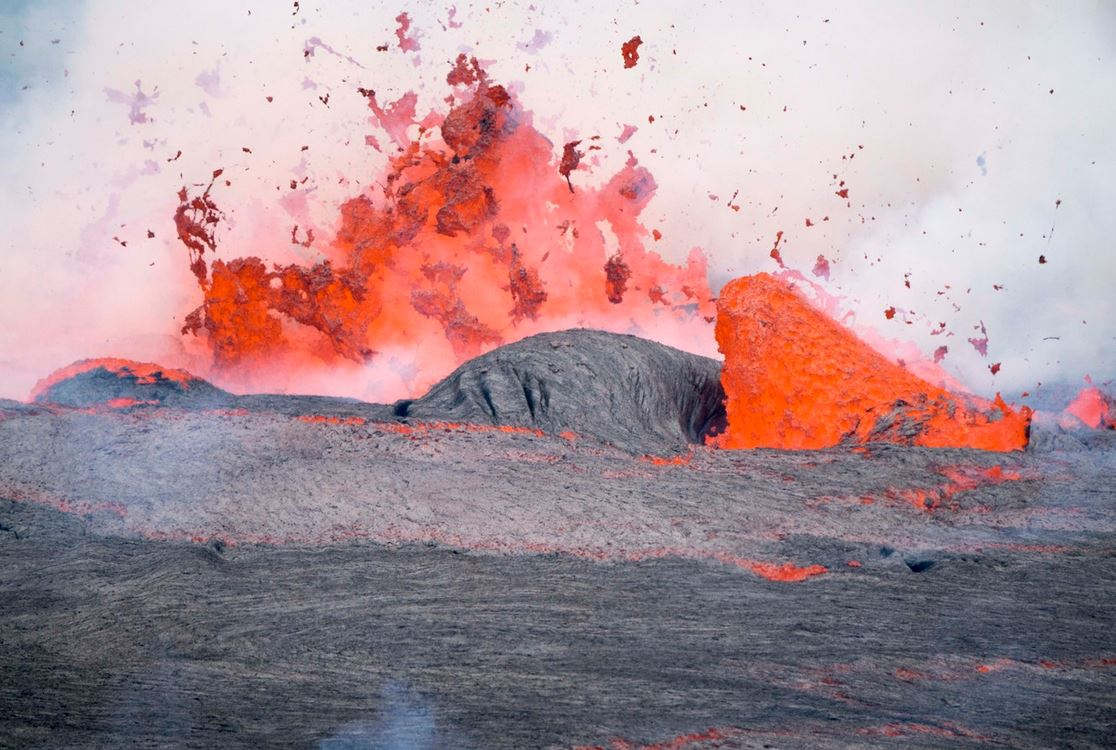 2018-07-04-10_44_19-Lava-fountaining-within-the-Nyiragongo-crater-DRC-photo-by-Pierre-Yves-Burgi-@